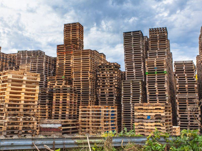 stacks-of-wooden-transportation-pallets-PXKR3VC